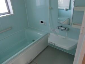 浴室はタイル貼りの壁、ステンレスの浴槽