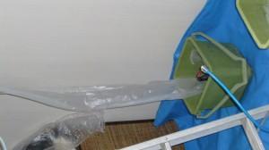 挨りや、汚れた洗浄液はビニール養生で受け止め  バケツへと流れていきます。